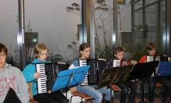Mit Akkordeon und Klavier durch den November