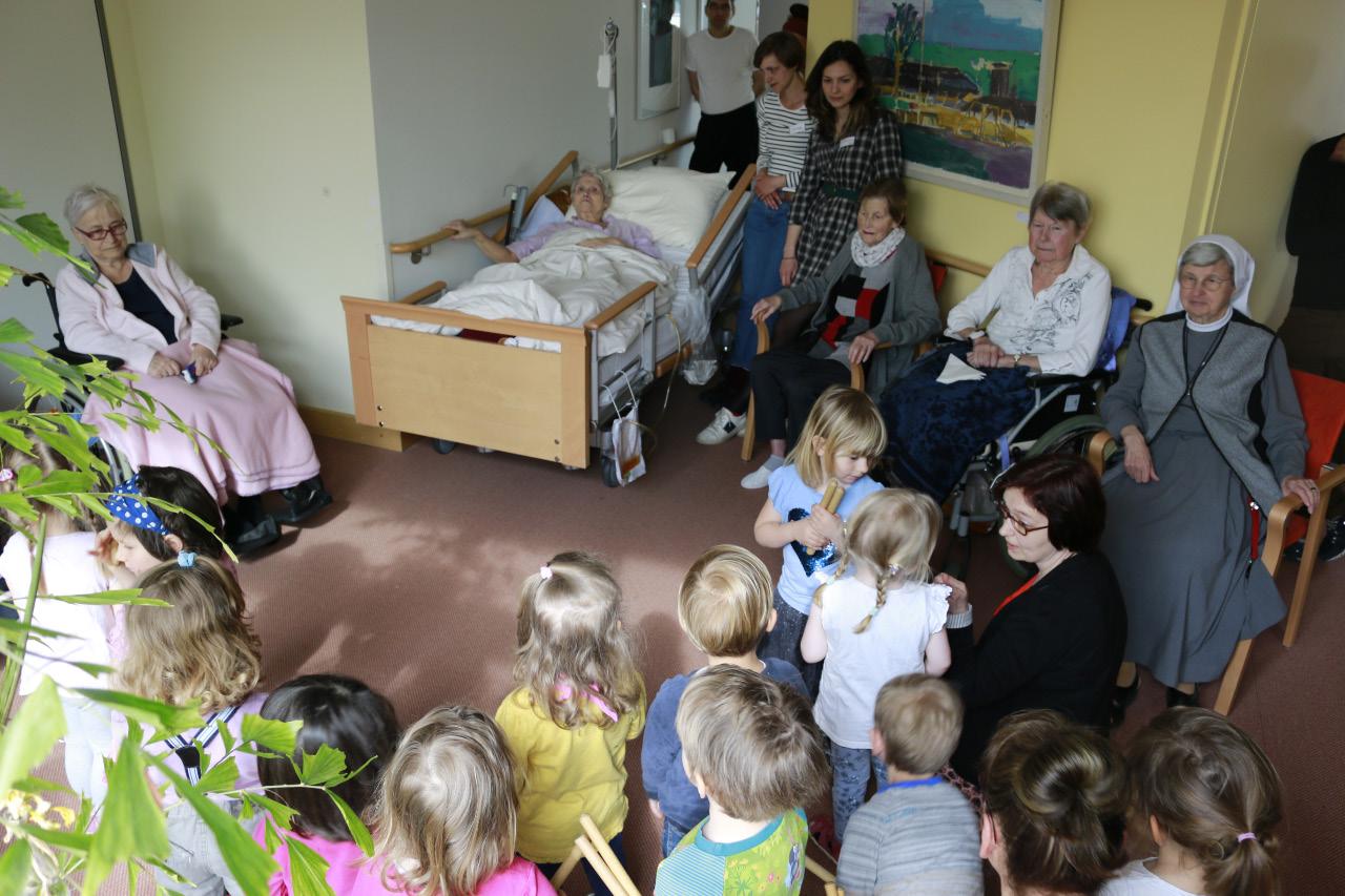 Kindergartenkinder bringen ein Ständchen